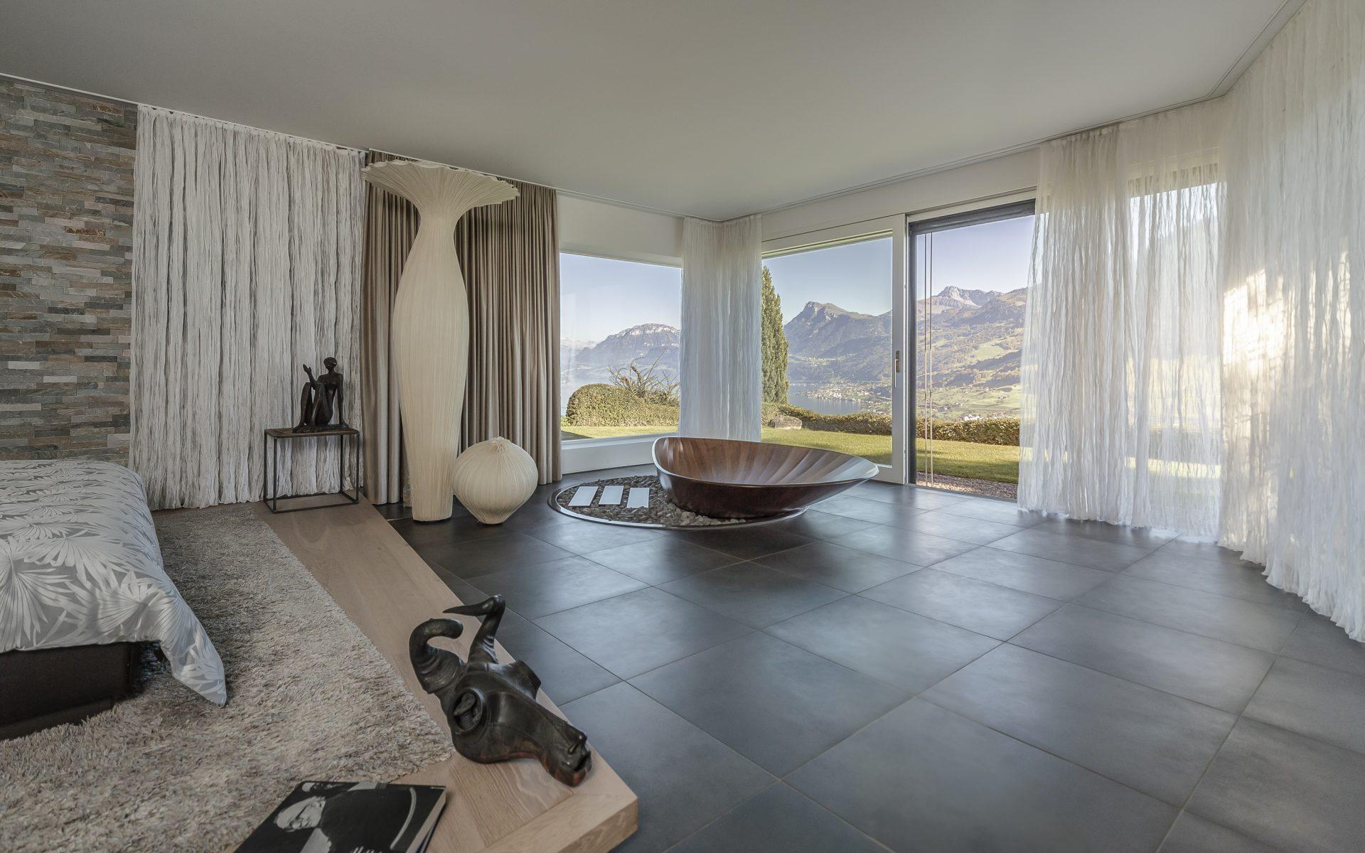 Scheuber Innenarchitektur Badewanne Holz Aussicht Vorhänge