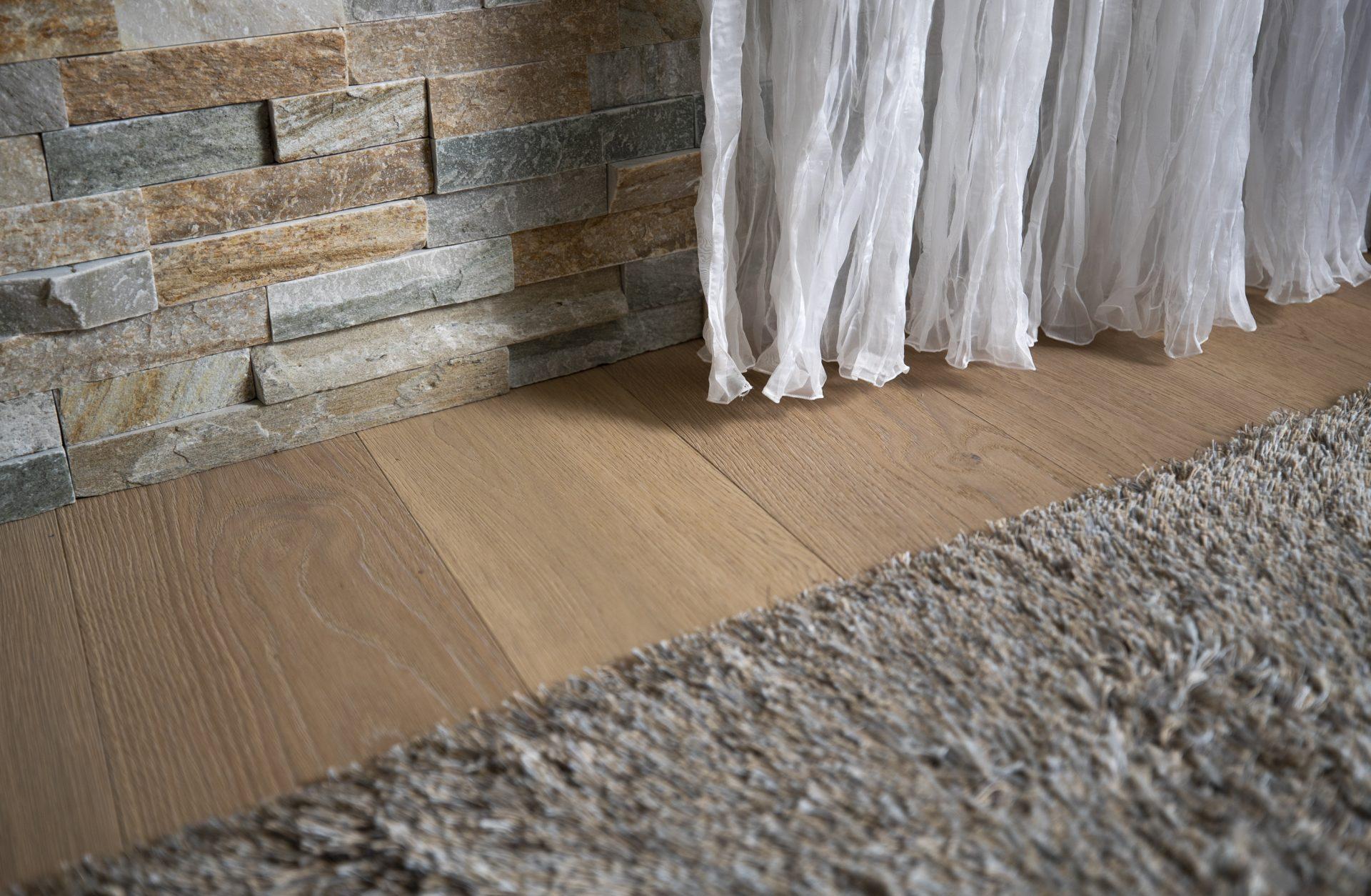 Scheuber Teppich Vorhänge Steinwand Innenarchitektur Material